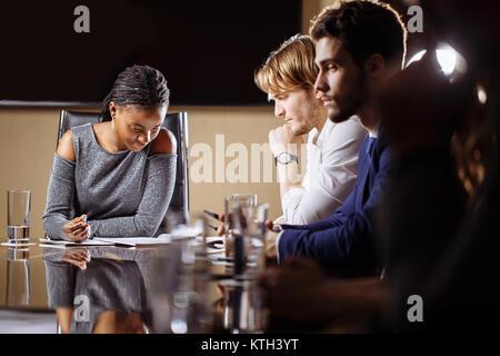 Femmina leader del team sulla riunione discussione parlando in ufficio sala conferenza Foto Stock
