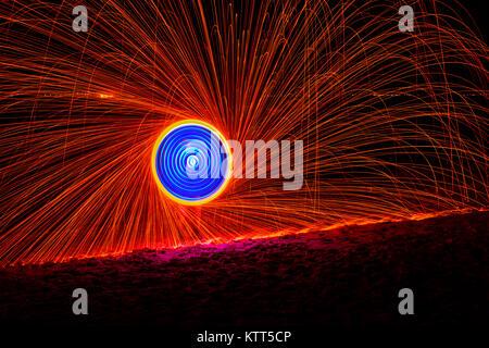 Uomo fuoco ballando con lana di acciaio Foto Stock