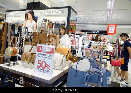 998b6cc597 ... Lisbona portogallo El Corte Ingles spagnolo department store shopping  borse donna designer Michael Kors firmare Foto