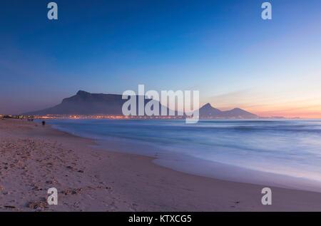 Vista della Table Mountain da Milnerton spiaggia al tramonto, Cape Town, Western Cape, Sud Africa e Africa Foto Stock