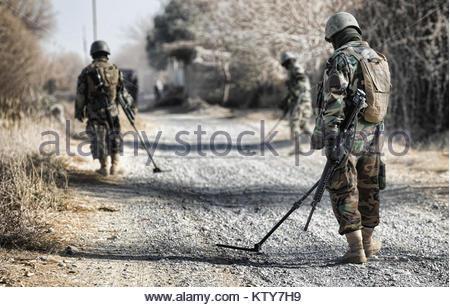 I membri dell'esercito nazionale afghano (ANA) cerca una strada per congegni esplosivi improvvisati (IED). Una significativa Foto Stock