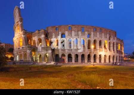 Il Colosseo o il Colosseo di notte, Roma, Italia. Foto Stock