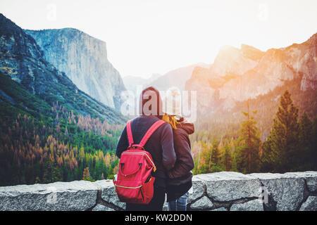 Vista romantica di una giovane coppia godendo famosa vista di tunnel in beautiful Golden. La luce del mattino al sorgere del sole nella valle di Yosemite in estate con retro vinta Foto Stock