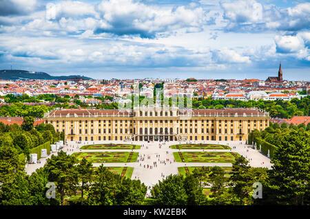 Bellissima vista del famoso Palazzo di Schonbrunn con grande parterre giardino di Vienna in Austria Foto Stock