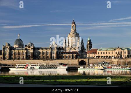 Bruehlsche terrazza con art college e la chiesa di Nostra Signora di Dresda, Bruehlsche Terrasse mit Kunsthochschule Foto Stock