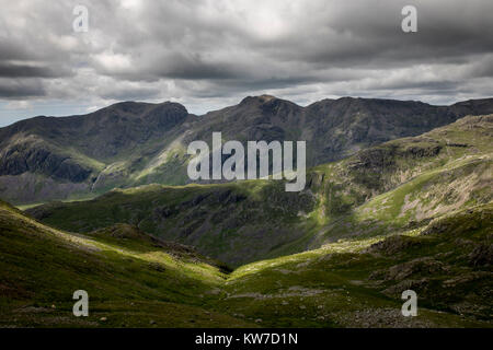 Langdale; Crinkle Crags; cercando di Scarfell Pike; Lake District; Regno Unito Foto Stock
