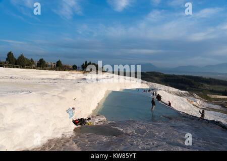 Gennaio 24; 2015 PAMUKKALE Pamukkale,è un sito naturale in Denizli provincia nel sud-ovest della Turchia. I visitatori Foto Stock