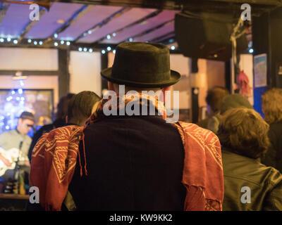 ... Elegantemente vestito uomo anziano con carne di maiale-pie l odio e la  sciarpa colorata 5ef4a17f5fa
