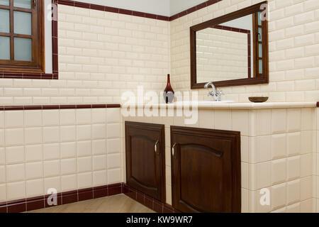 Bagno Beige E Marrone : Bagno moderno con beige e piastrelle bianche foto immagine stock