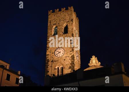 La torre campanaria e orologio della chiesa di San Giovanni Battista o di San Giovanni Battista a Monterosso al Mare, Cinque Terre Italia di notte Foto Stock