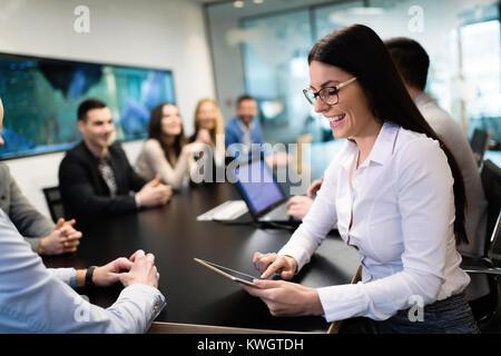 Ritratto di giovane imprenditrice in sala conferenze Foto Stock