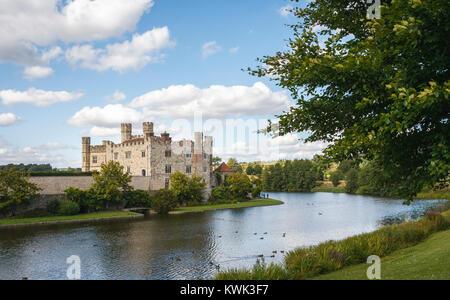Vista dell'esterno del Castello di Leeds e il fossato, vicino a Maidstone, Kent, sud-est Inghilterra, Regno Unito Foto Stock