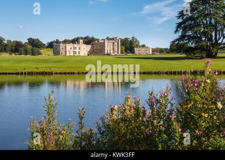 Vista dell'esterno del Castello di Leeds, vicino a Maidstone, Kent, sud-est Inghilterra, Regno Unito su una soleggiata Foto Stock