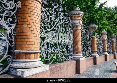 Giardino Mikhailovsky, fiancheggiata da colonne in mattoni con il vecchio cancellate in ferro battuto in stile Art Nouveau, San Pietroburgo, Russia. Foto Stock