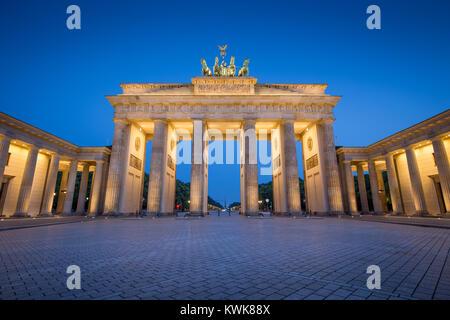 Visualizzazione classica del famoso Brandenburger Tor (Porta di Brandeburgo), uno dei più noti monumenti e simboli nazionali della Germania, in penombra durante il blu Foto Stock
