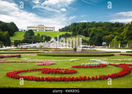 Visualizzazione classica di scenic grande parterre con giardino Gloriette su una collina al famoso Palazzo di Schonbrunn Foto Stock