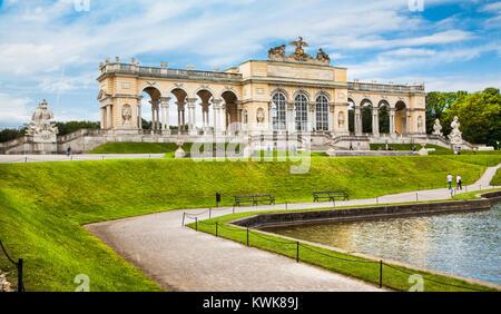 Bellissima vista del famoso Gloriette al Palazzo di Schonbrunn e giardini di Vienna in Austria Foto Stock