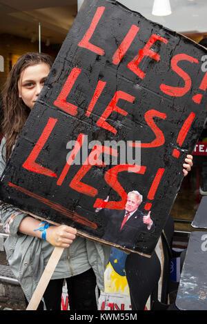 Giovane donna tenendo premuto fino a giace poster Anti-Brexit protesta nel centro di Londra Foto Stock