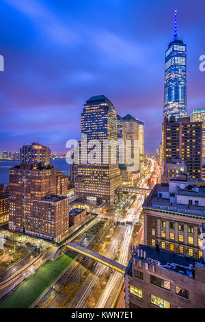 New York City cityscape oltre la West Side Highway in Lower Manhattan. Foto Stock