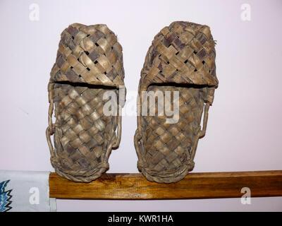 ... sfondo della finestra · Scarpe di vimini liberiane scarpe. Il tiglio  scarpe su un cavalletto. Foto Stock b9efa9978be