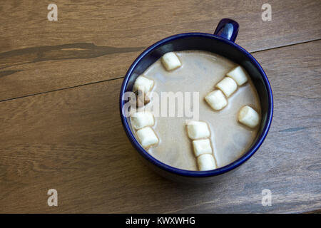 Vicino la cioccolata calda con la stecca di cannella e mini marshmallows. Foto Stock