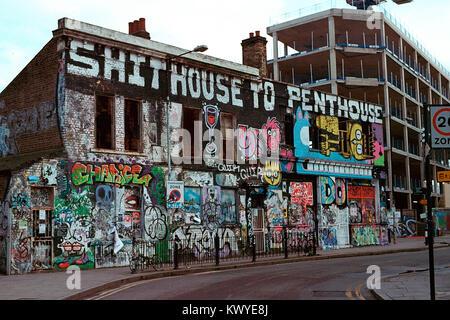 Edificio coperto di graffiti e arte di strada a Hackney Wick, Londra. Foto Stock