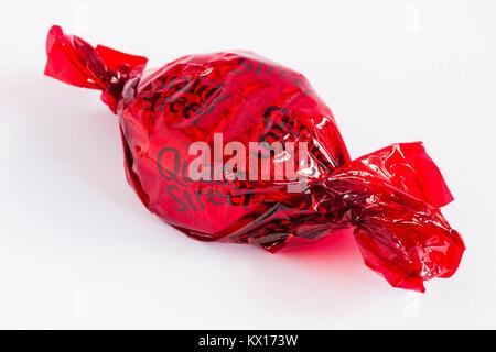 Qualità di cioccolato di strada da Nestle - Fragola delizia al cioccolato, qualità rosso Street, isolati su sfondo Foto Stock