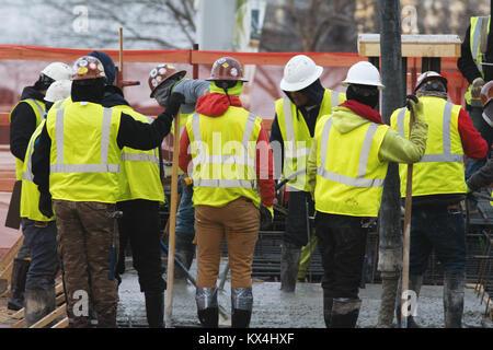 Gruppo di costruttori su un sito in costruzione Foto Stock
