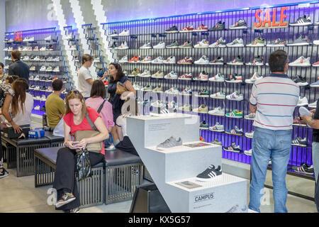 Lisbona portogallo centro storico Praça dos Restauradores Adidas store le  calzature sportive calzature sportswear Foto Stock 8af339ddeb0