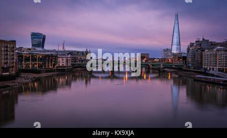 Vista del fiume Tamigi verso Southwark Bridge e il coccio di sunrise Foto Stock