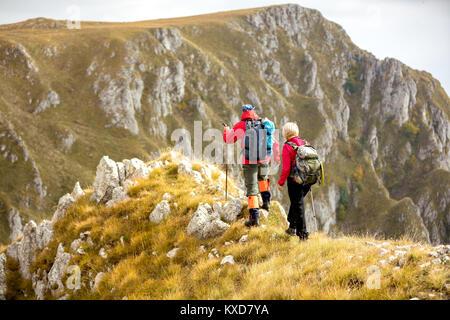 Avventura, viaggi, turismo, escursione e concetto di persone - sorridente giovane a piedi con gli zaini all'aperto Foto Stock
