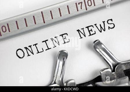 Macchina da scrivere macro dettagliate closeup, giornalista la digitazione di testo online news, grande dettaglio Foto Stock