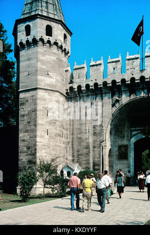 I turisti al di fuori del cancello di Salutation o gate centrale (C16th) turrita ingresso al secondo cortile, il Foto Stock