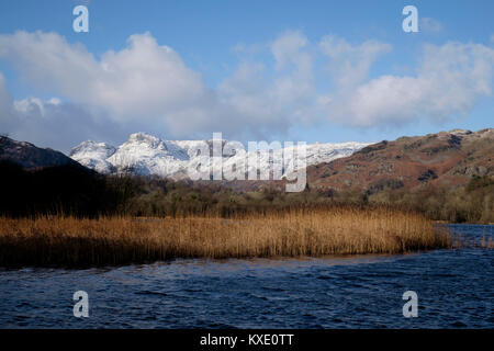 Langdale Pikes dall acqua Elter, Lake District, Inghilterra Foto Stock