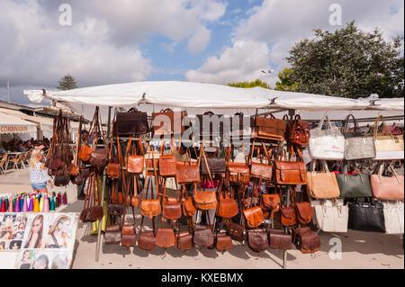 Borse in pelle per la vendita presso la strada del mercato di Mahon  c9ae43f7baf