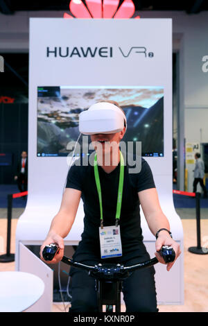 Las Vegas, Stati Uniti d'America. Decimo gen, 2018. Un uomo esperienze IMAX VR prodotta da Huawei della Cina al Consumer Electronics Show (CES) di Las Vegas, Stati Uniti, 10 gennaio, 2018. Credito: Li Ying/Xinhua/Alamy Live News