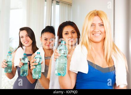 Sana le donne fitness con bottiglie di acqua Foto Stock