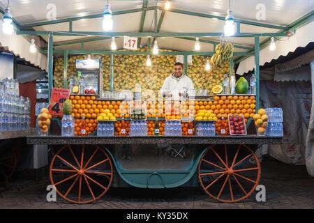 MARRAKECH, Marocco - 22 febbraio 2016: succo d'arancia in stallo sulla Piazza Jamaa El Fna (Anche Piazza Jemaa El Foto Stock