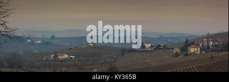 Vista panoramica sulle colline con vigneti a Nizza Monferrato, Piemonte, Italia