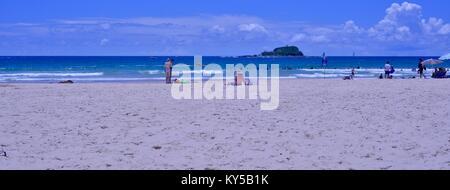Persone staying cool in spiaggia, Mudjimba beach, Sunshine Coast, Queensland, Australia Foto Stock