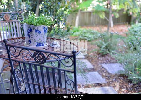 Tavoli E Sedie Da Giardino In Ferro.Outdoor Mobili In Ferro Battuto Su Bagnato Terrazza Del Giardino