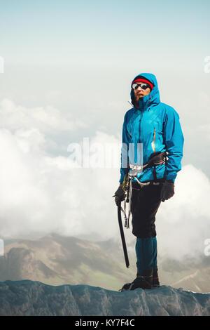 L'uomo scalatore sul ghiacciaio di viaggio il concetto di stile di vita avventura vacanze attive outdoor sport alpinismo Foto Stock