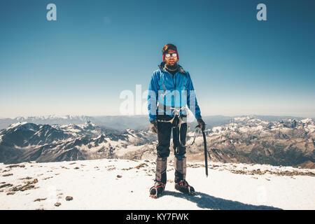 L'uomo scalatore in alta montagna corsa al vertice dello stile di vita il concetto di successo avventura vacanze Foto Stock