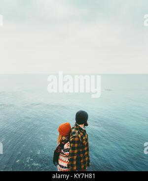 Matura in amore l uomo e la donna di schiena in piedi sopra il mare che viaggiano insieme felici emozioni concetto Foto Stock