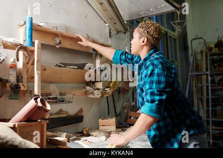Artigiano al lavoro Foto Stock