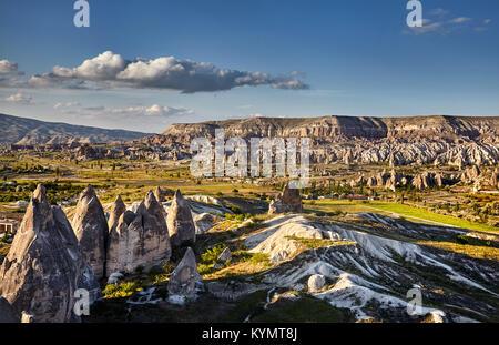 Lo splendido paesaggio di antica formazione geologica denominata Camini di Fata al tramonto in Cappadocia valley, Foto Stock