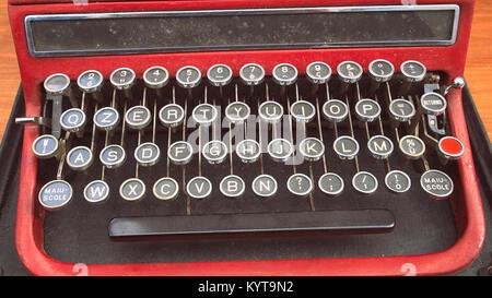 La tastiera di una vecchia macchina da scrivere vintage. Girato in un mercato di strada. Foto Stock