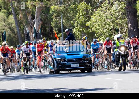 Adelaide, Australia. Il 17 gennaio, 2017. Il peloton circa per avviare la fase 2 del Tour Down Under corsa di ciclismo Foto Stock