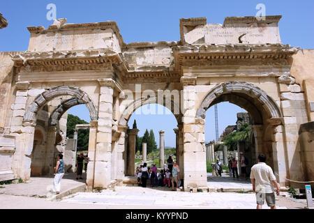 Selçuk, Turchia - 21 Aprile 2008: vista sulla vecchia porta monumentale di Augusto nella città antica di Efeso. Foto Stock