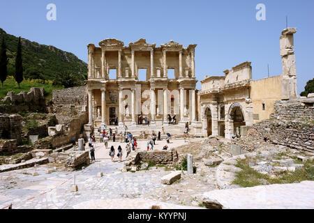 Selçuk, Turchia - 21 Aprile 2008: la vista delle rovine dell' antica libreria romana di Celso nell'antica città Foto Stock